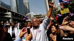 1月21日,在抗議活動領導人素貼的率領下,數百人在曼谷街上遊行。