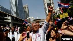 反对派领袖素贴带领反政府抗议者在曼谷金融区游行时向民众致意。