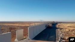 Türkiyənin zirehli texnikası Türkiyə-Suriya sərhədindəki İdil şəhəri yaxınlığında, 8 noyabr, 2019.