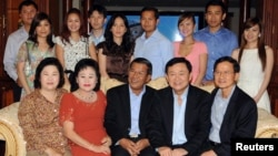 Ousted Thai Prime Minister Thaksin Shinawatra (front 2nd R), former Thai Prime Minister Somchai Wongsawat (front R) and Cambodian Prime Minister Hun Sen (front C) pose with Hun Sen's extended family during their meeting at the latter's house in Phnom Penh November 10, 2009. Hun Sen's family includes (back R-L) Hun Sen's daughter-in-law Chay Lin, Hun Sen's son-in-law Dy Vichea and his wife Hun Mana, Hun Sen's son Hun Manet and his wife (unidentified), Hun Sen's son-in-law Sok Puthivuth and his wife Hun Maly and Hun Sen's son Hun Manith and his wife (unidentified).