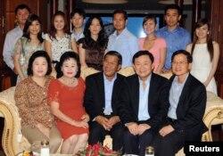 ក្រុមគ្រួសារលោកនាយករដ្ឋមន្ត្រី ហ៊ុន សែន ថតរូបជាមួយអតីតនាយករដ្ឋមន្ត្រីថៃលោក Thaksin Shinawatra និងលោក Somchai Wongsawat កាលពីថ្ងៃទី១០ ខែវិច្ឆិកា ឆ្នាំ២០០៩។