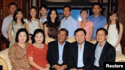 Ousted Thai Prime Minister Thaksin Shinawatra (front 2nd R), former Thai Prime Minister Somchai Wongsawat (front R) and Cambodian Prime Minister Hun Sen (front C) pose with Hun Sen's extended family during their meeting at the latter's house in Phnom Penh, Camboida.