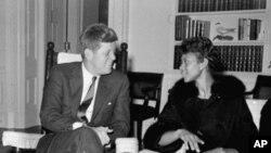 Tổng thống Kennedy nói chuyện với Wilma Rudolph tại Tòa Bạch Ốc sau khi Rudolph giành được 3 huy chương vàng tại Olympic Rome