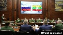 ရုရွားႏိုင္ငံ ေမာ္စကိုၿမိဳ႕ေတာ္မွာ ေရာက္ရွိေနတဲ့ တပ္မေတာ္ကာကြယ္ေရးဦးစီးခ်ဳပ္ ဗိုလ္ခ်ဳပ္မွဴးႀကီး မင္းေအာင္လိႈင္။ (ဓာတ္ပံု - Sr. Gen. Min Aung Hlaing' Facebook - ဇြန္ ၂၄၊ ၂၀၂၀)