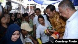 Presiden Joko Widodo membagikan sembako di Penjaringan, Jakarta Utara, Selasa, 13 Juni 2017. (Foto: Biro Pers Kepresidenan)