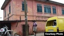 這個山寨使館位於加納首都阿克拉一所破舊的粉紅色建築,每到星期一、星期二和星期五早上7點半到中午會升起美國國旗。