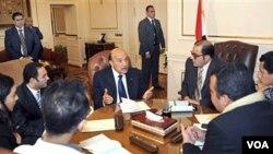 Egipatski potpredsjednik Omar Suleiman sa predstavnicima opozicije jučer u Kairu