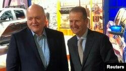 Archivo - De derecha a izquierda, Jim Hackett, Presidente y CEO de Ford Motor Company y Herbert Diess, CEO de Volkswagen.
