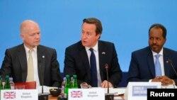 7일 영국 런던에서 열린 국제 소말리아 회의에 참석한 셰이크 모하무드 소말리아 대통령과 데이비드 캐머런 영국 총리, 윌리엄 헤이그 영국 외무장관. (오른쪽부터)