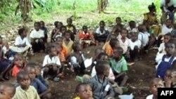 Các trẻ tị nạn Cộng hòa Dân chủ Congo tham gia lớp học trong rừng gần 1 thị trấn của Gangania, Congo. Hầu hết các giáo viên cũng là người tị nạn