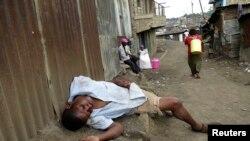 Một người say nằm ngủ trên đường phố ở ngoại ô Nairobi, Kenya, 9/5/14