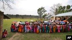 7일 트리푸라의 북동부 지역 만다이 선거구에서 투표권을 행사하기 위해 유권자들이 줄 서 있다.