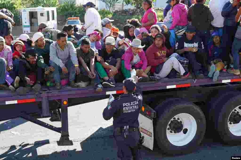 توزیع بطری های آب توسط افسران پلیس میان کاروان مهاجران آمریکای مرکزی که به سوی مرزهای ایالات متحده آمریکا در حرکت هستند.