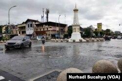 Kawasan Tugu Yogya, Kamis (16/12), yang menjadi salah satu tengara kota. (Foto: VOA/Nurhadi Sucahyo)