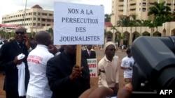 រូបឯកសារ៖ អ្នកកាសែតកាមេរូនម្នាក់កាន់បដាមួយសរសេរថា «គ្មានការធ្វើទុក្ខបុកម្នេញអ្នកកាសែត» នៅក្នុងក្រុង Yaounde ប្រទេសកាមេរូន ក្នុងអំឡុងពេលនៃការប្រមូលផ្ដុំសាធារណៈមួយ។
