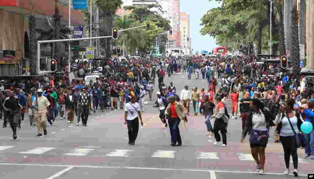Une foule marche contre la xénophobie à Durban, en Afrique du Sud, jeudi 16 Avril 2015.