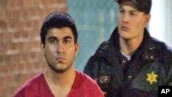 Tersangka pelaku penembakan di mall Cascade, Arcan Cetin (kiri) ditangkap hari Sabtu (24/9) dan ditahan tanpa uang jaminan.