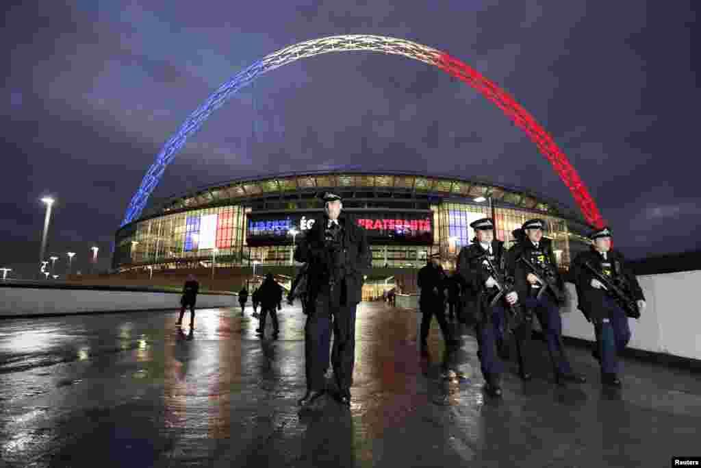 Policiais armados são vistos do lado de fora do Estádio de Wembley, em Londres, antes do jogo amistoso entre Inglaterra e França.
