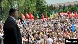 乌克兰总统候选人亿万富翁波罗申科在5月17日的集会上发言