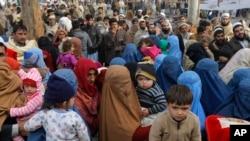 افغان پناہ گزین پشاور میں اپنے اندراج کے لیے متعلقہ دفتر کے باہر جمع ہیں (فائل فوٹو)