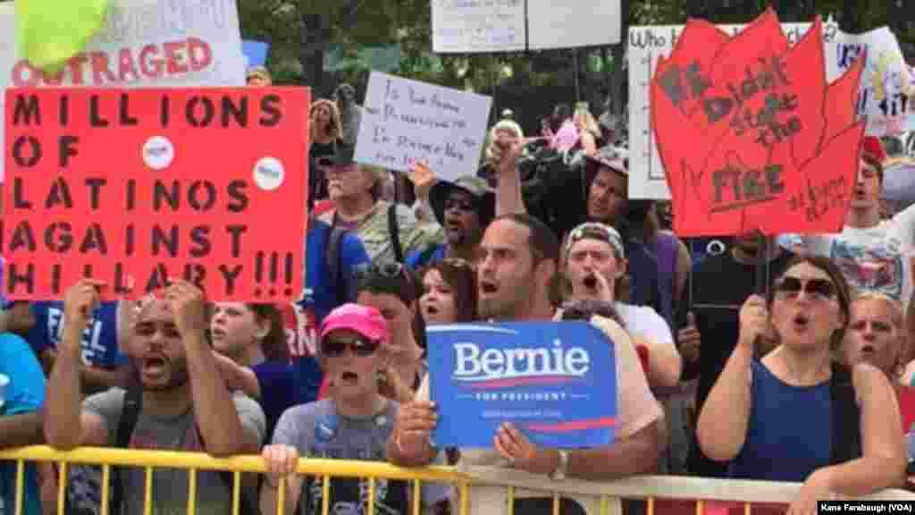Des militants de Bernie Sanders devant le bâtiment où a lieu la convention démocrate à Philadelphie, le 26 juillet 2016.