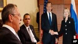 Sergey Lavrov com o presidente Obama, na Casa Branca, e com Hillary Clinton, no Departamento de Estado