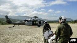 海军士兵把受伤灾民抬向海鹰直升机