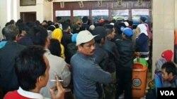 Ratusan calon pemudik antre membeli tiket kereta api untuk mudik, di Stasiun Kiaracondong Bandung (foto: R. Teja Wulan).