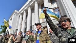 Aktivis-aktivis pembelaan diri Maidan meneriakkan slogan-slogan di depan parlemen Ukraina di Kyiv (1/7). (AFP/Sergei Supinsky)