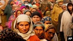 Người dân Kashmir xếp hàng đi bỏ phiếu bên ngoài một trạm bỏ phiếu trong giai đoạn bỏ phiếu đầu tiên cho các cuộc bầu cử hội đồng bang Jammu và Kashmir ở Hajan, Ấn Độ, ngày 25/11/2014.