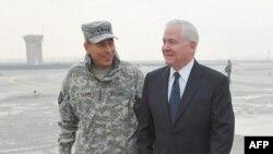 Ðại tướng Petraeus, Tư lệnh hàng đầu của NATO tại Afghanistan (trái) và Bộ trưởng Quốc phòng Robert Gates tại Kabul, ngày 7/3/2011