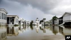Một dãy mobile home tại Everglades City, Florida, sau khi cơn bão Irma đi qua.