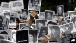 تظاهرات اعتراضی خانواده و دوستان قربانیان بمبگذاری آمیا در آرژانتین - آرشیو