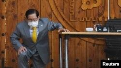 جنوبی کوریا کے سنچوجی چرچ کے بانی نیوز کانفرنس کے دوران دو زانو ہو کر کرونا وائرس کے پھیلاؤ کا سبب بننے پر معافی مانگ رہے ہیں۔ 2 مارچ 2020