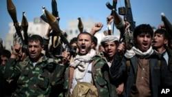 Milisi suku-suku Yaman pendukung pemberontak Houthi melakukan unjuk rasa di Sana'a (foto: ilustrasi). Seorang warga Australia yang dinyatakan hilang di Yaman berhasil ditemukan.