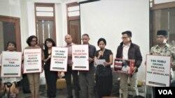 Beberapa tokoh keberagaman Indonesia meluncurkan deklarasi dukungan terhadap Meliana di KeKini, Cikini, Menteng, Jakarta Pusat, Kamis (30/8) (Foto: VOA/Ghita)