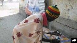 Une femme s'inscrit à Jonglei pour le référendum de 2011