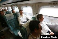 張志軍乘坐高鐵前往高雄(陸委會提供)