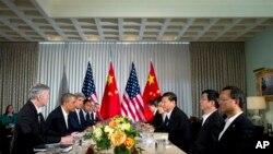7일 미국 서니랜즈에서 바락 오바마 미국 대통령과 시 진핑 중국 국가주석이 회담을 하듯, 테이블을 사이에 두고 앉아 있다.