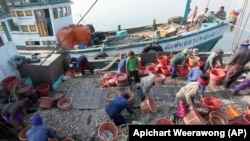 File photo. Myanmar workers work on fishing boats at a pier in Prachuabkhirikhant province, southern Thailand Tuesday, March 4, 2014. An environmental and human rights group charged Tuesday that Thailand is not adequately addressing severe abuse against Myanmar migrant workers in the Thai fishing industry. (AP)