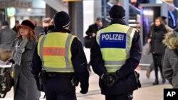 Polisi Jerman melakukan patroli di sebuah stasiun kerata di Cologne (foto: ilustrasi). Polisi Jerman mengungkap identitas 2 agen Israel di Jerman.