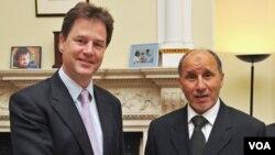 Wakil PM Inggris Nick Clegg (kiri) bersama Mustafa Abdel Jalil, salah seorang Ketua kelompok oposisi Libya TNC di London (12/5).