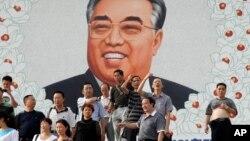 지난 2011년 8월 북한 라선을 방문한 중국인 관광객들이 대형 김일성 초상화 앞에서 기념사진을 찍고 있다. (자료사진)