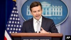 Juru bicara Gedung Putih Josh Earnest memberikan penjelasan kepada media di Gedung Putih (foto: dok).