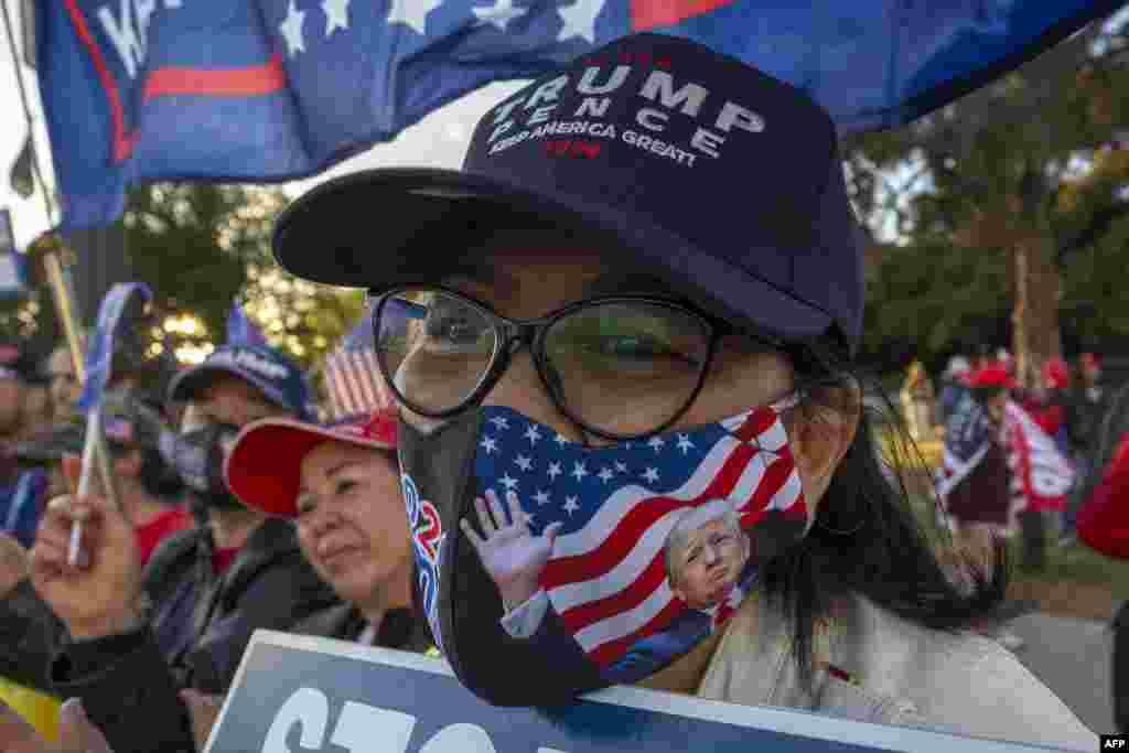 بیشتر امریکی نشریاتی اداروں کی جانب سے ہفتے کو جو بائیڈن کے صدر منتخب ہونے کی خبروں کے بعد کیلی فورنیا میں بھی صدر ٹرمپ کے حامی سڑکوں پر نکل آئے اور نتائج پر تحفظات کا اظہار کیا۔