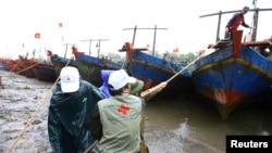 Nhân viên Hội Chữ thập Ðỏ đến vùng bị ảnh hưởng bão lụt ở tỉnh Thái Bình (ảnh tư liệu).