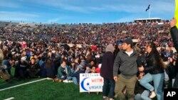 Demonstranti su organizovali protest na terenu stadiona Jejl Bol, na početku drugog poluvremena utakmice u šampionatu koledž američkog fudbala između Harvarda i Jejla.