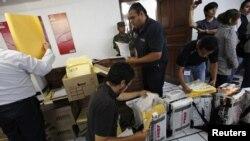 Petugas pemilu Meksiko menghitung ulang surat suara yang masuk di Mexico's Federal Electoral Institute (IFE), Kota Meksiko (4/7). Penghitungan ulang ini mengukuhkan kemenangan Enrique Pena Nieto sebagai presiden Meksiko.