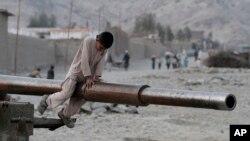 Trẻ em Afghanistan leo lên một chiếc xe tăng của Liên Xô ở Jalalabad.