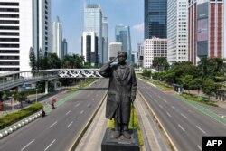 Foto yang menunjukkan jalan-jalan yang sebagian sepi di Jakarta pada 3 Juli 2021, karena Ipemerintah memberlakukan PPKM karena varian Delta. (Foto: AFP/Bay ismoyo)